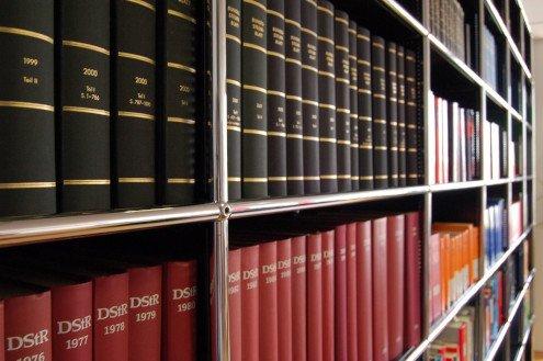 Steuerberater Lüdenscheid - Bücherregal mit Fachliteratur
